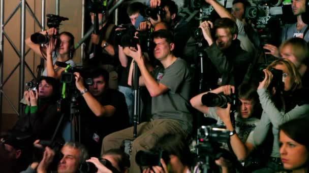 Gruppe von Fotografen arbeitet mit Ausrüstung