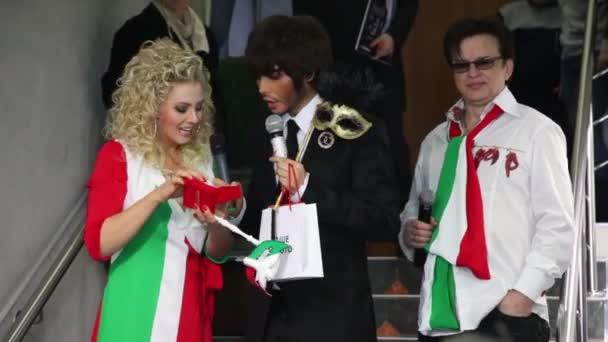 stylista Sergej zverev a novinářů na benátské kostým maškarní v butiku sergio bellini