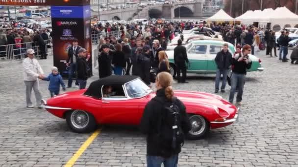 otevření sezóny rally veteránů, červené auto Start