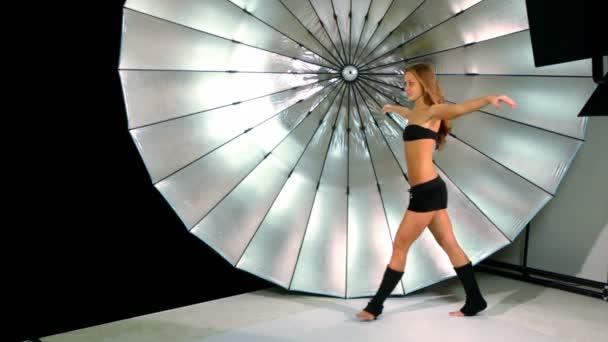 mladá dívka se aktivní pohyby její nohy, foto Studio