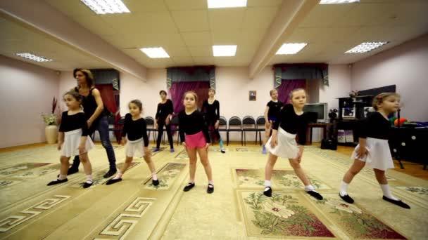 Mädchen trainieren mit Ballettlehrerin zharova svetlana