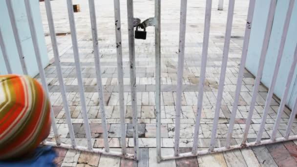 Kisfiú présel keresztül kerítésen zárt területen és menekül