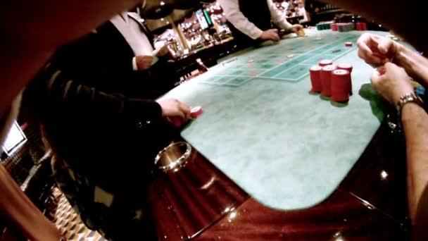 Casino craps tabulka, lidé sedí u stolu s čipy