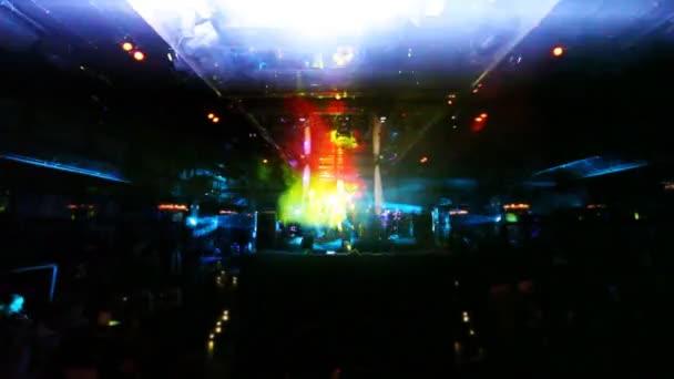 Skupina kluků zpívat a tančit na jevišti v nočním klubu