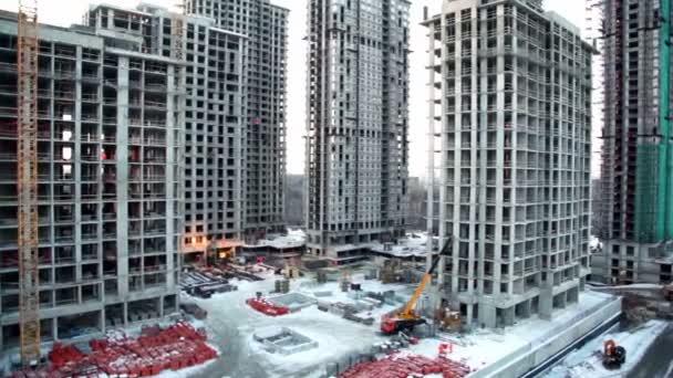 zaměstnanci a stavebních materiálů na staveništi v popředí panoráma