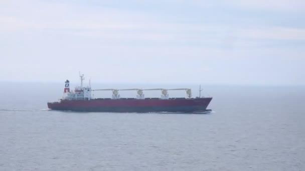 nákladní loď kolem parníku