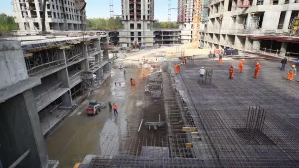 dělníci konstrukci kovový rám na staveništi