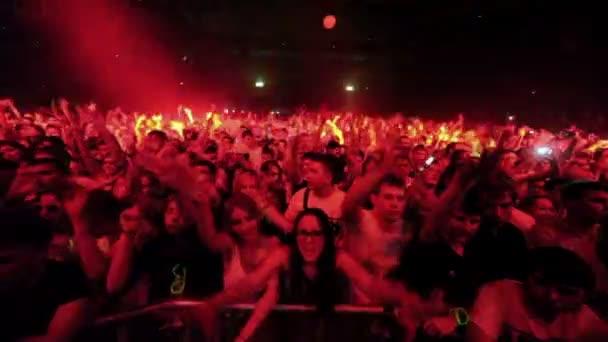 Nézők állnak koncertterem Armin Only koncerten kerítés mögött