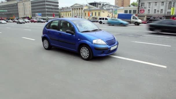 modré auto byl vlevo vpravo na silnici kvůli nedostatku místa pro parkování