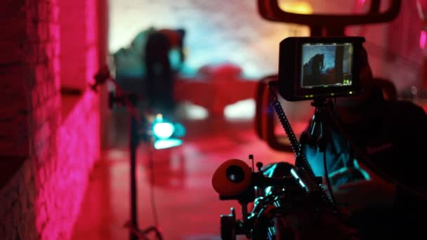 operátor čistí objektiv profesionální videokamera