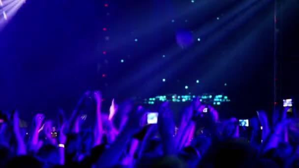 Sok ember a rave party