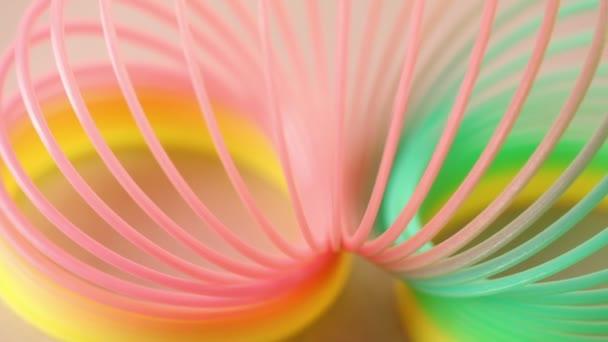 plastové barevné hračky, otočí izolované na růžovém pozadí