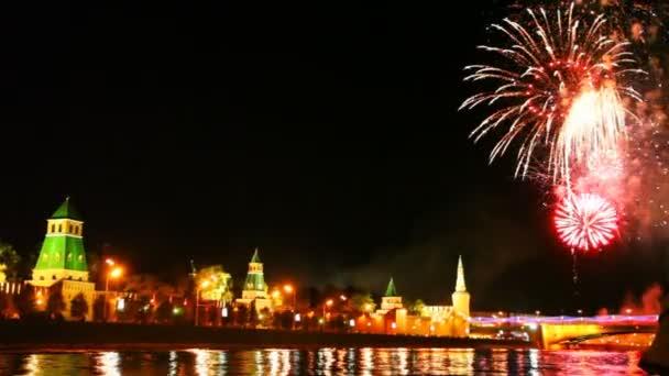 nádherný ohňostroj na počest den města Moskvy na řece