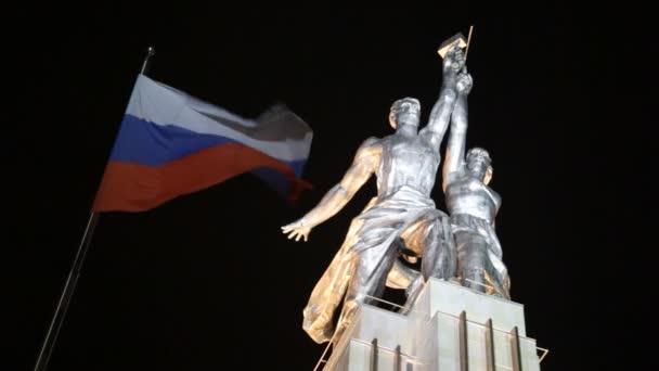 postavení pracovníka a JZD a ruské vlajky v noci