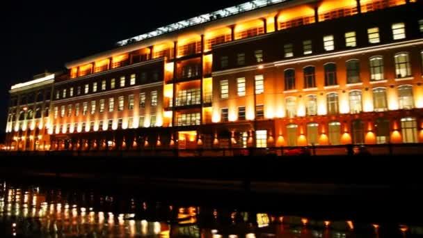 velké osvětlené budovy na břehu řeky Moskva v noci