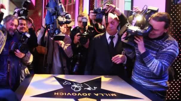 novináři a fotografové si fotky hvězda, byl podepsaný slavná herečka milla jovovich