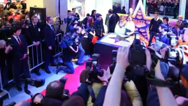 mmilla jovovich signiert ihren stern auf dem trc las vegas walk of fame