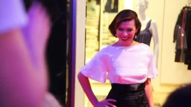 milla jovovich posiert für fotografen und journalisten in shopping mall vegas