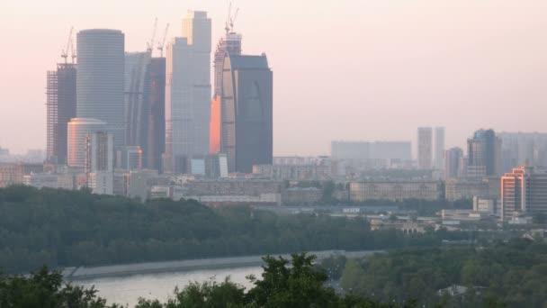 pohled z vorobievy hor na obchodní centrum města Moskva