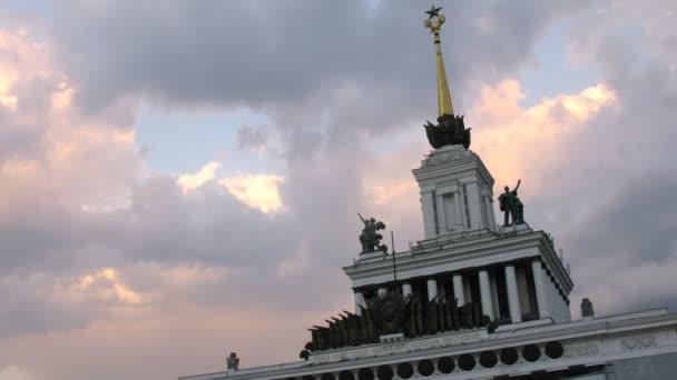 Turm des zentralen Pavillons vdnh steht gegen den Himmel