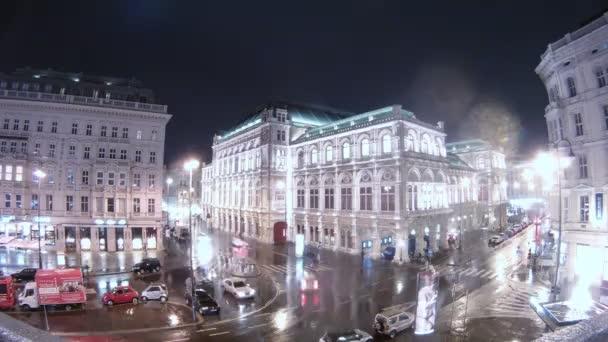 budova Vídeňská státní opera stojí v dešti na křižovatce
