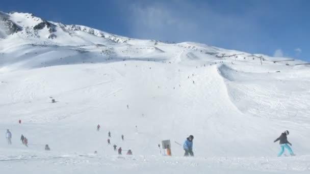 lyžaři zase na svahu hory tiefenbachkogl