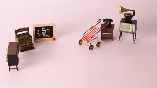 Nábytek pro panenky: tv, telefon, přehrávač, přepravu školní rady se objeví a zmizí