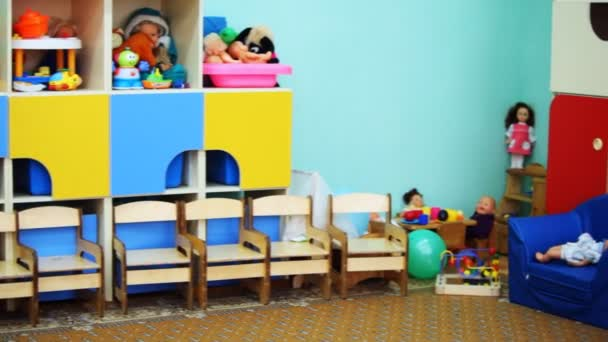 MŠ místnosti s barevnými hračkami na policích, panorama