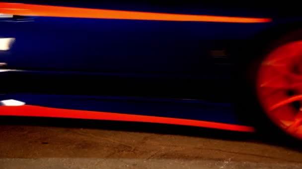 málo auto s barevné sportovní design zahájení jízdy