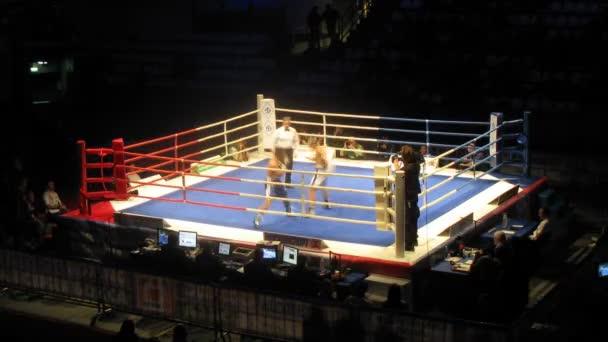 Operator aufruft Videodreh Kampf des Boxers auf Ring im Sport-Palast-Krilatskoje