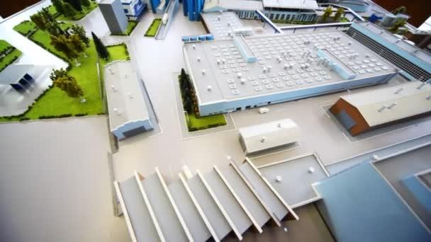 Maquette mléčné továrna na stole