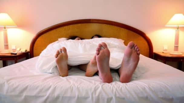 coppia depone nel letto sotto coperta
