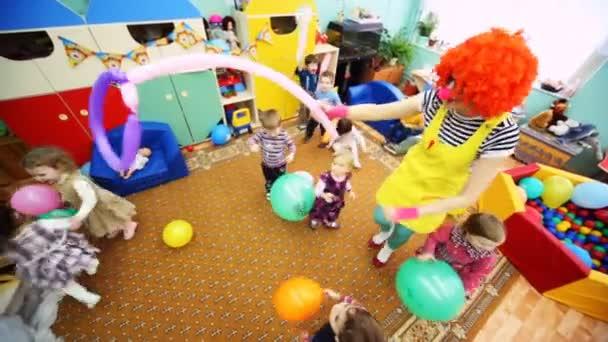 velké červené klaun dívka hraje s dětmi v Moskvě ve školce 143