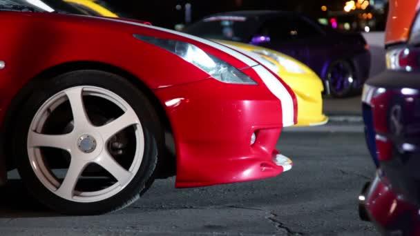 několik aut s barevné sportovní design, dvě vozidla začít krok