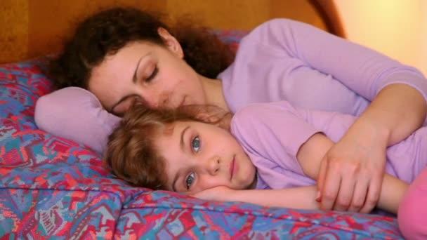 Anya lánya feküdt az ágyon, anya alszik, de a lány teszi arcok