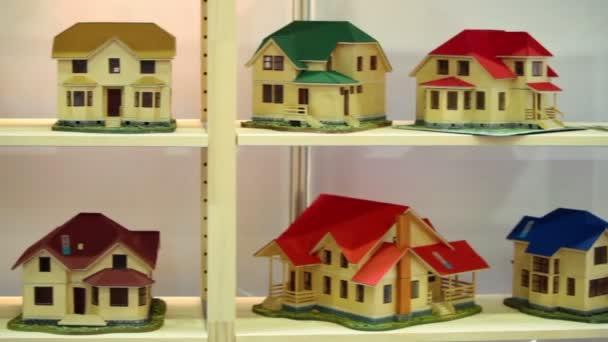 Mnohé modely domů na dřevěných policích
