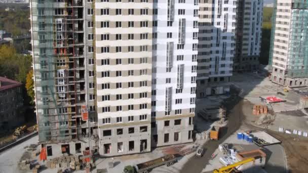 na staveništi zaměstnanci práci a tady auta a stavební výtahy