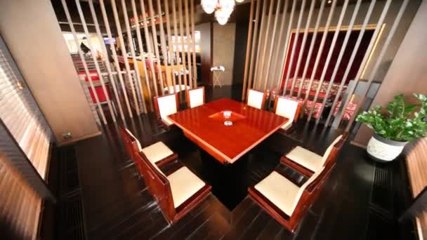 stůl pro osm osob stojí v oddělené místnosti odděleny žaluzie