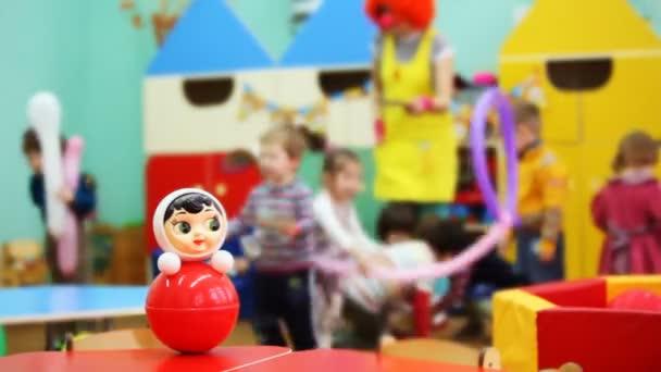Roly-Poly hračka na stůl, pak fokus přesunut k dětem, aby si s klaunem ve školce