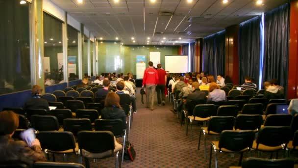 spousta lidí sedí v konferenční síni během herní vývojáři konference 2011