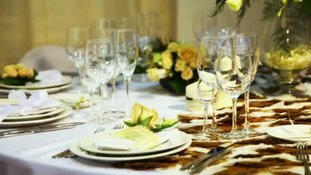 prázdná sklenice na stole krásné zdobené v restauraci