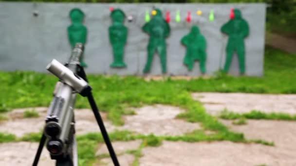 paintball zbraň a cíle ve venkovní střelnice