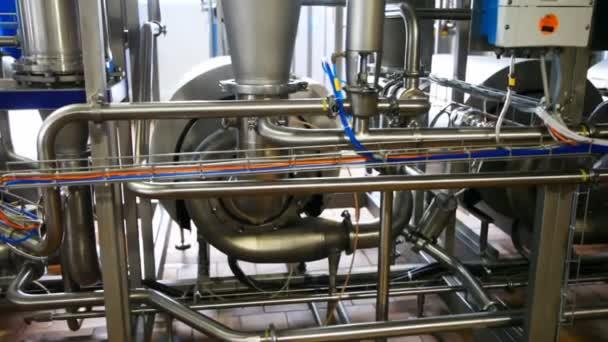 mlékárenské zařízení a potrubí, panorama od zdola nahoru