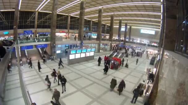 lidé chodí na budování stanice westbahnhof a přejít na eskalátoru