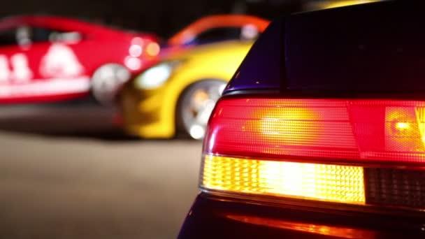 červený automobil jezdí zpět na řádek několika vozů