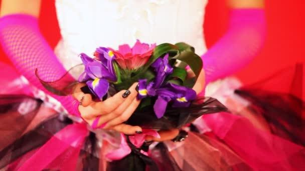 ruce nevěsty v módní svatební šaty držení kytice s fialovým iris, chryzantéma a gerbera
