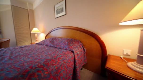 Tavoli Per Camere Da Letto : Camera da letto con lampade su ogni lato del letto e coppia di