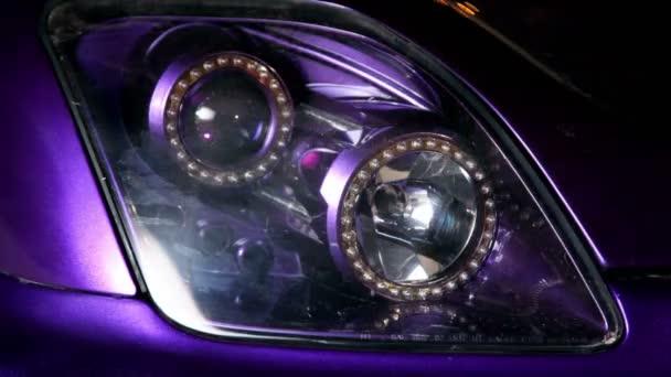 automobil vedl dvojí světlometů bliká