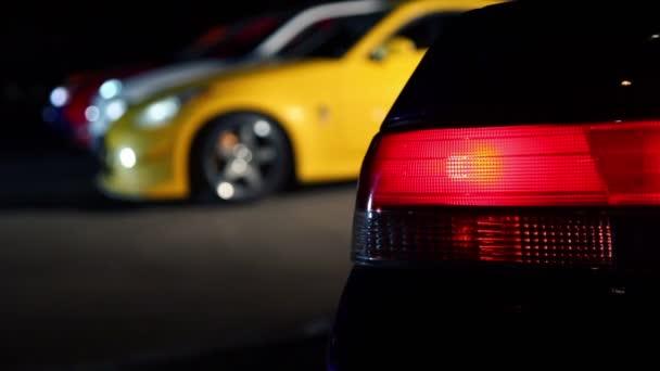 automobilové světlo bliká na pozadí několika vozů