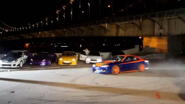 sportovní auto projet na malé ploše během natáčení videa julia lasker